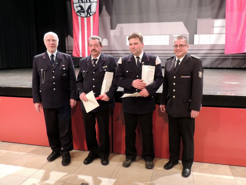 Für 25 Jahre Feuerwehrdienst von links nach rechts: Kommandant Helmut Böhringer, Walter Huber, Ralph Plank, Kreisbrandmeister Jürgen Mors. Nicht auf dem Bild: für 40 Jahre Dieter Dierolf.
